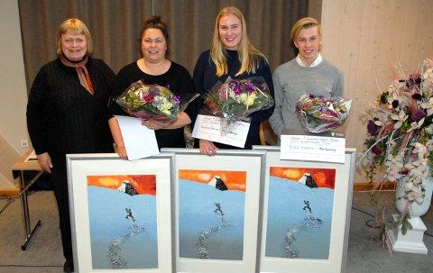 Fra venstre fylkesråd Mari Gjestvang med prisvinnerne Shannon McPherson, Silje Elise Østensen og Erik Lillebakken.