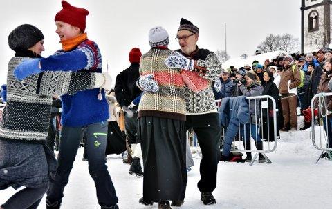 Røros Folkedanslag gleder seg til årets store høydepunkt, Rørosmartnan. På åpninga forenes gammel og ung i leken og livat Rørospols før festen fortsetter i Sangerhuset gjennom hele martnan.