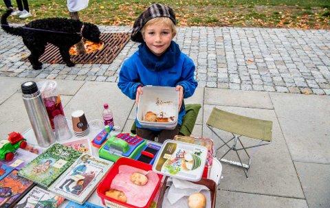 Eskil Ivan Holck Hauglin (6) gjør en innsats for skolen sin gjennom til salg av lodd, kaker og drikke.