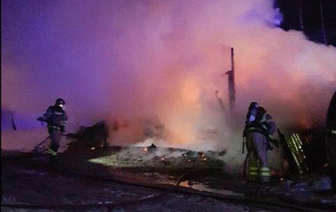 Da brannmannskapene kom fram til hendelsesstedet i Tingvoll, var garasjen fullstendig overtent.