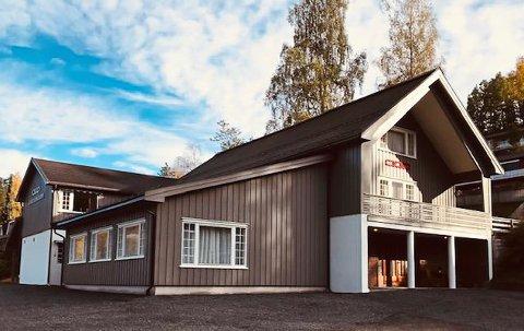 Odd Fellow-huset på Akland har blant annet fått et nytt påbygg (til venstre)