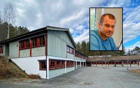 KJØPTE FIANE SKOLE: Magne Ø. Skoland (innfelt) kjøpte tidligere Fiane skole for 1,45 millioner kroner av Gjerstad kommune.