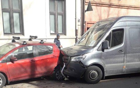 PANG: Ingen personer ble skadet da en hvit varebil kolliderte med to parkerte biler i Toftes gate mandag formiddag.