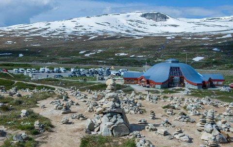 Eierne av Polarsirkelsenteret håper å kunne åpne dørene til St. Hans. Koronaviruset og null utenlandske turister gjør situasjonen krevende.