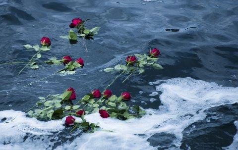 De etterlatte la blomstrer på ulykkesstedet.