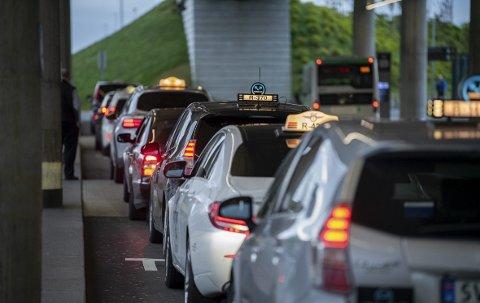 Drosjebilene sto på rekke og rad utenfor flyplassterminalen da BA gjennomførte testen torsdag morgen.