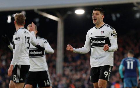 Fulham og Aleksandar Mitrovic (t.h.) vant forrige bortekamp. Vi tror de vinner igjen fredag kveld. (AP Photo/Frank Augstein)