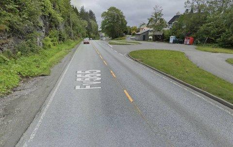 Det er et lite stykke nord for Fjell kirke politiet har hatt kontroll to dager på rad. Det er trafikken sørover som blir målt med laser.