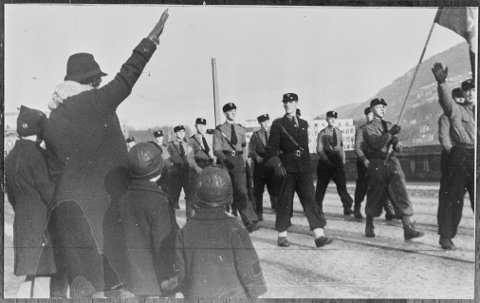 Hirden var     Nasjonal Samlings politiske tropper og betegnelse på bevegelsens harde ideologiske kjerne. Arne G. Waage ledet avdelingen i Bergen som hadde cirka  200-300 medlemmer. FOTO: Riksarkivet