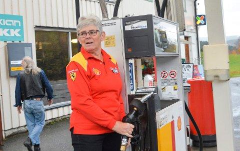 PUMPESTOPP: Rannveig Vatnås ved Solumsmoen servicesenter i Sigdal har sålangt ikke vært rammet av strømstreiken, men pumpene står hvis strømmen går.
