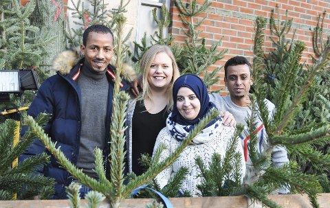 EN SELVFØLGE: Andebrhan Okulaatnsae (f.v.), Huda Assad Alfahtaki og Mazan Al-Hassani har full forståelse og respekt for norske juletradisjoner. – Jul er helt ok det, sier trioen. Her er de sammen med programrådgiver Lene Tollefsen Rodegård i Flyktningtjenesten i Modum. – Feir jul og ha det hyggelig, sier trioen fra andre breddegrader.