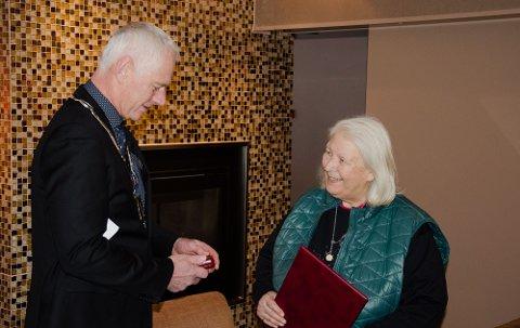 MÅLLØS: Turid Rugaas ble fullstendig overasket da ordfører Ståle Versland kom med Kongens fortjenestemedalje på søndag.