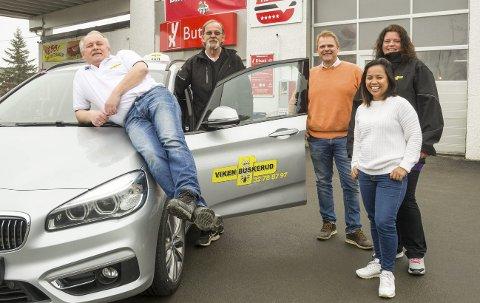 NY LOGO: Heretter vil de lokale Modum-drosjene kjøre med Viken-logo på døra. På bildet ser vi Kai Karlsen (f.v.), Arne Bjørstad, Ole Kristian Navrud, Hege Sandbæk og Laila Navrud.