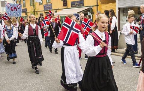 ET ELSKET SYMBOL: Når gamle Norge pynter seg til nasjonaldagsfest vaier det vakre flagget over hele landet – fra nord til sør, og mange steder hvor nordmenn har tilhold ellers på vår klode. Det er et elsket symbol, det har gitt håp, glede og stolthet gjennom 200 år.