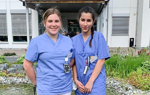 TO AV TRE: Amina Kristiansen (t.v.) og Maya Karhu er to av tre nye trivselsassistenter på Sigdalsheimen.