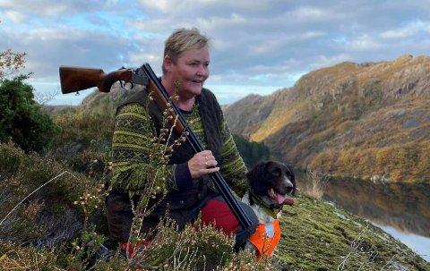SUNT: – Det beste med jakt er når du sitter på post og ser dyret gå forbi. Å nyte livet i naturen. Luktene, lydene. Bra for helsa er det også, sier Inger Lise Nielsen.