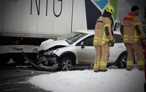 En mann og en kvinne er kjørt til sykehus etter en trafikkulykke i Mjøndalen.
