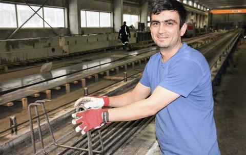 Stortrives på jobb: Mohamed Rami i gang med armering til en lengre bjelke ved arbeidsplassen sin hos Loe Betong på Steimberg.
