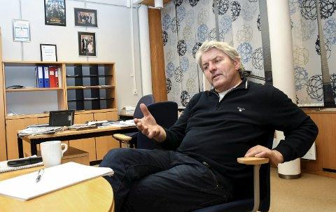 SKOLE: Ordfører Knut Kvale i Øvre Eiker har sammen med 25 andre vært på befaring ved Flesberg skole for å se hvordan de har løst sine skolebygg.