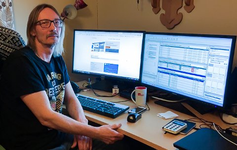 MED MOBILNETT: Utan internett har grafikar Gunnar-Arne Haaland måtte produsere Firdaposten med mobilnett: – Det er litt styrete, seier han.