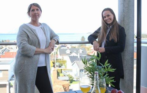 TOSPANN: Astrid Marie Vie har mykje arbeid i Florø, og spesielt etter at eigedomsmeklar Eline Knapstad kom heim og tok over eigedomsavdelinga til Sparebanken Vest. – Eg var van med å bruke stylist då eg jobba i Bergen og ser at det er viktig for salet.