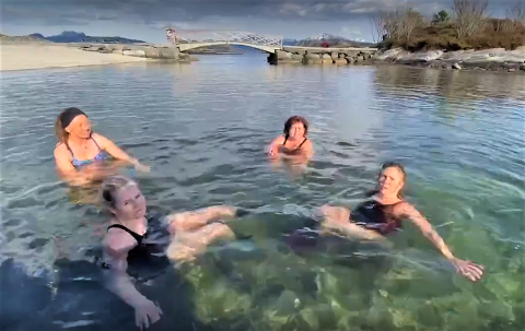 SPRØ INNFALL: Kvar onsdag klokka 18.00 badar desse fire venninnene på Sørstrand. Frå venstre: Lovise Næss Olsen, Laila Mallasvik, Britt Nygård Nekkøy og Reidun Helgås Brandsøy.