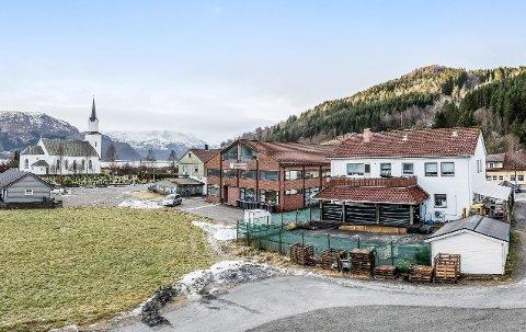 KJENT BYGG: Murbygget i Naustdal sentrum har husa Naustdal Sparebank, seinare Sparebanken Sogn og Fjordane, i nær 40 år.
