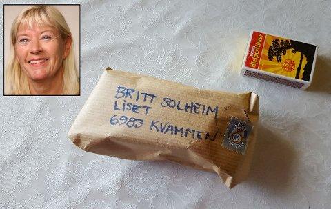TREIG PAKKE: Denne pakken med bilnøklar i brukte litt over eit år frå den blei sendt frå Oslo til den var i postkassa til Britt Nesberg Solheim i Kvammen.