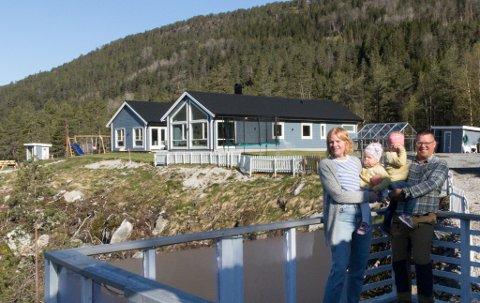 I SKOGEN: Kuno Jolanki og Siv Seljesæter bygde huset sitt på ei hylle i skogen, med utsikt over Hestadvatnet.