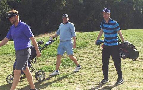 Karl Holm (midt midten) ble mester på Gamle Fredrikstad golfklubb er solid spill over tre runder. Patrick Mørk Amundsen (til venstre) og Marius Kleven Gjermundsen delte andreplassen.