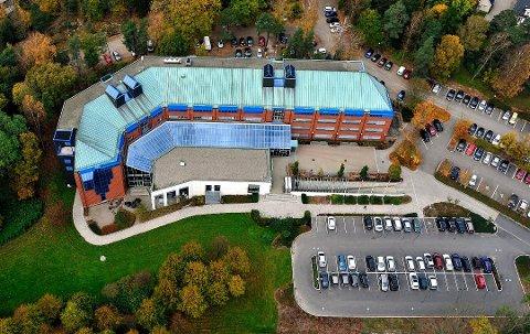 Skaper diskusjon:  Fylkeshuset i Sarpsborg sto ferdig i 1985. Flertallet i fylkestinget ser ingen grunn til å flytte administrasjonen etter at Viken blir en realitet. (Arkivfoto: SA)