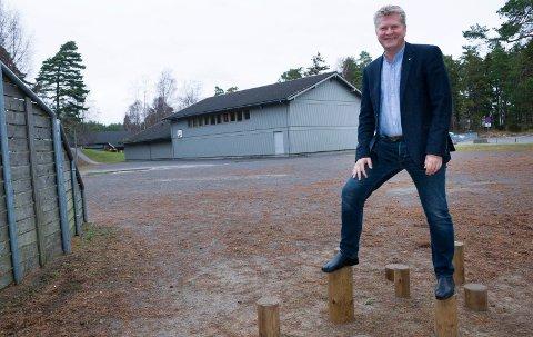 Ingen stoppordre: Rådmann Dag W. Eriksen får gå videre med byggeplanene. Det betyr etter hvert at Floren skole, bak, blir lagt ned.