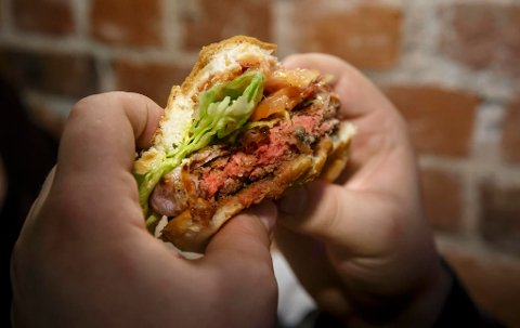 KREFT: Rødt kjøtt og bearbeidet kjøtt står på lista over ting du bør unngå for å begrense risikoen for kreft. En ny rapport fra World Cancer Research Fund linker overvekt og fedme til tolv ulike krefttyper. Foto: Heiko Junge / NTB scanpix