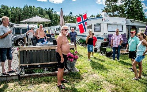40 ÅR PÅ BEVØ: Ronald Wilson fra Askim (fremst i midten på bildet) har 40 år  bak seg med camping på Bevø. Han mener argumentet om at campingplassen er til hinder for allmennheten er tull, og håper politikerne ikke går med på forslaget fra rådmannen.