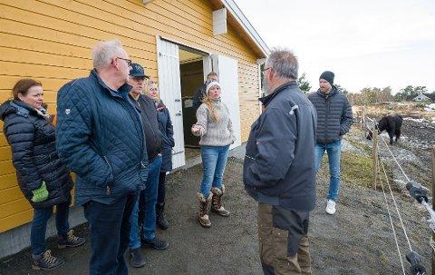 BEFARING: Fast utvalg for miljø og teknikk var på befaring hjemme hos familien Winterseth før de fatttet vedtak om at familien kunne få dispensajon. Camilla Winterseth forklarte om hesteholdet.