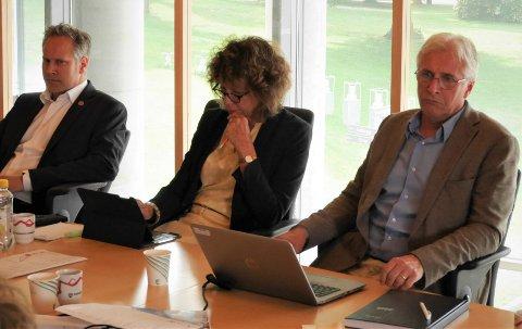 Alvorstynget: Ordfører Jon-Ivar Nygård, varaordfører Kari Agerup og rådmann Ole Petter Finess under formannskapets behandling av granskningsrapportene i juni. (Arkivfoto: Øivind Lågbu)