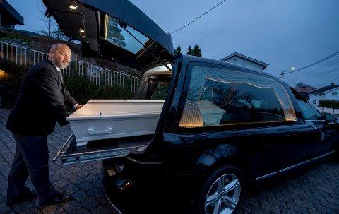 Mer kjøring: Det blir flere turer til Oslo for begravelsesbyråene. Ulf Jakobsen sier hans byrå har rullet 16.000 kilometer ekstra de tre siste månedene som følge av at krematoriet i Sarpsborg har dårligere kapasitet.