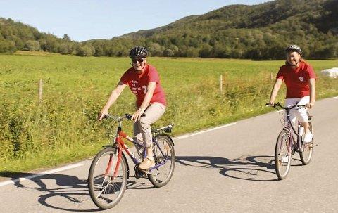Opplevelse: Aina Heimdal (foran) og Heidi Olsborg ønsker merkede sykkelruter i Evenes. Heimdal tror det også kan friste turistene på tur til Lofoten.