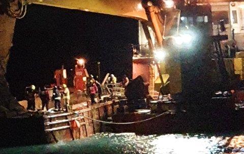 DØDSULYKKE: Her jobber redningsmannskaper med å hente ut den forulykkede fra mudringslekteren. Til høyre mudringsfartøyet «Berghavn» med den gigantiske gravemaskinen. Grabben tar 25–30 tonn.