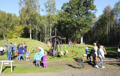 KARUSELL: Vikingkarusell og middelalderlek trakk mange barnefamilier til Midgard historisk senter denne uka.