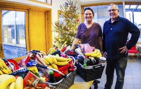 Julegodt: Wenche Strange, avdelingsleder på Indre havn sykehjem, og Jon Grytnes, sekretær i Losje Orion, delte ut julegodt for 10.000 kroner.