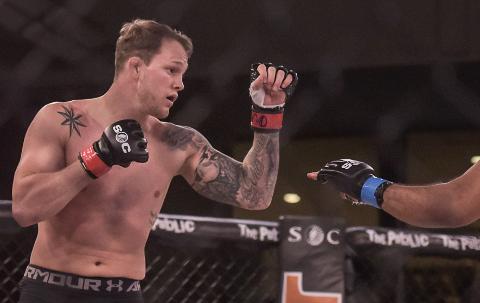 TKO: Marthin Hamlet brukte under tre minutter på å vinne sin tredje MMA proffkamp lørdag kveld. Bildet er fra en tidligere kamp.