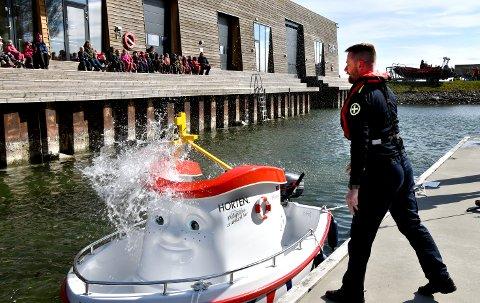 DØPT: Fenrik Geir Akers vannballong har truffet Elias - og redningsskøyta er døpt!