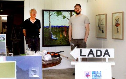 STILLER UT: Morten Juvet (t.v.) og  Espen Skjønhaug åpner utstillingen på Lada ute i skogen lørdag 5. jni.