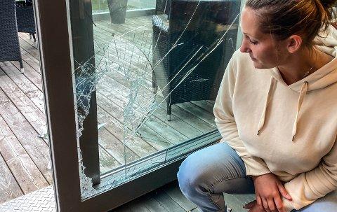 SLANGEMENNESKE? På det bredeste er hullet i glassdøra rundt 25 centimeter. Likevel er det ikke en dråpe blod der tyven har tatt seg inn, forteller Ina Nyegaard.