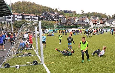 I fjor var Andrew Lawson (9) én av mange hundre unge og voksne som koste seg på fotballfesten på Ålgård stadion (arkivfoto: Lars Fisketjøn).