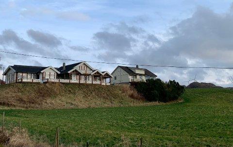 Gårdsbruket i Sikvalandsvegen har en prisantydning på 12 millioner kroner.