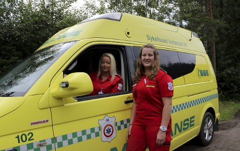 POSITIVT: Mina Rognlien (t.v.) og Ida Skaug Rønning i ambulansetjenesten gleder seg til å flytte inn i nye lokaler. Foto: Line Lilleskjæret