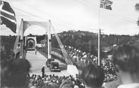 Folksomt: Folk møtte opp i hopetall da den nye bybrua sto klar i juli 1949.Bilde utlånt av Dick William Dean