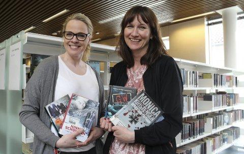 KRIM VIL VI HA: Nina Norén og Stine Raaden med et knippe krimbøker. På Kongsvinger bibliotek merker de klart et oppsving mot påske.